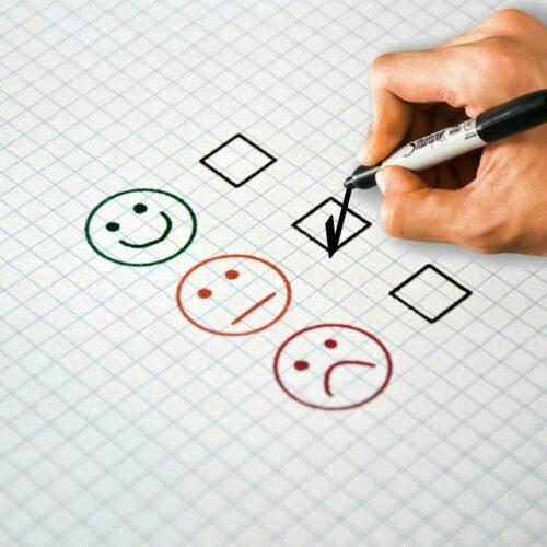 Firmy chętnie badają doświadczenia konsumentów dotyczące produktów lub usług. Lekceważą jednak ich negatywne opinie